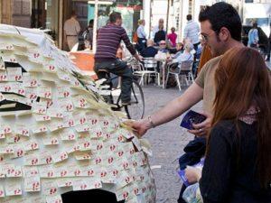 Un'auto interamente coperta di post-it che sensibilizzano alla sicurezza dei pedoni